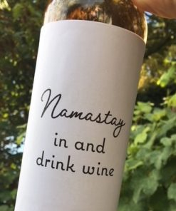wijnetiket namastay op een fles wijn