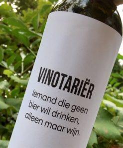 wijnetiket vinotarier op een fles wijn