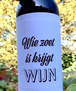 wijnetiket zoet wijn op een fles wijn
