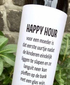 wijnetiket happy hour op een fles wijn