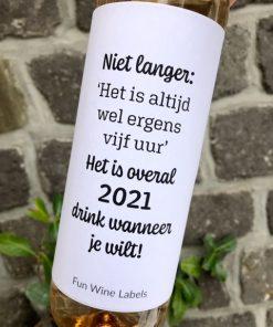 wijnetiket overal 2021 op een fles wijn