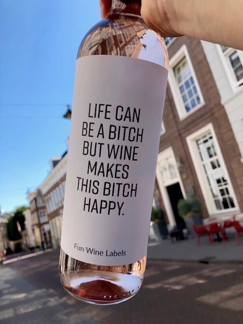 wijnetiket bitch op een fles wijn