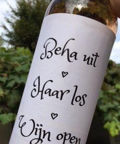 wijnetiket beha uit op een fles wijn