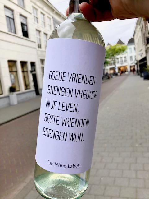 Wijnetiket Goede Vrienden op fles wijn