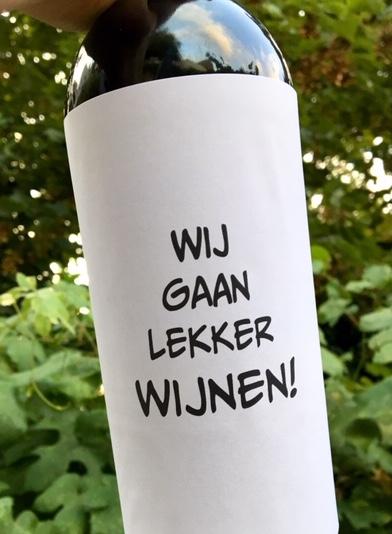 Wijnetiket Lekker Wijnen op een fles wijn