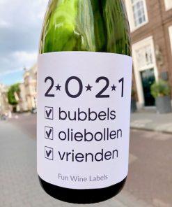 Fles wijn met wijnetiket 2021