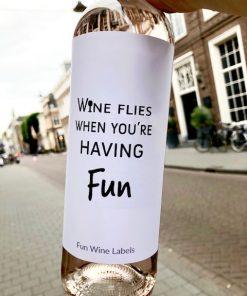 wijnetiket wine flies op een fles wijn