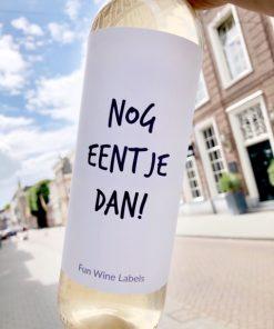 wijnetiket nog eentje dan op een fles wijn
