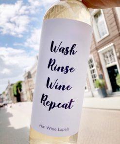 wijnetiket wash rinse wine repeat op fles wijn