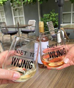 Proosten met wijn glazen