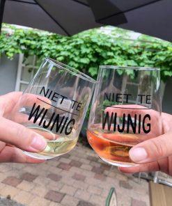 Wijn glazen met hilarische tekst erop