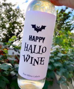 Wijnetiket happy hallowine op een fles wijn
