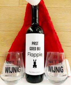 kerstpakket luxe, fles wijn met grappig etiket en twee hilarische wijnglazen