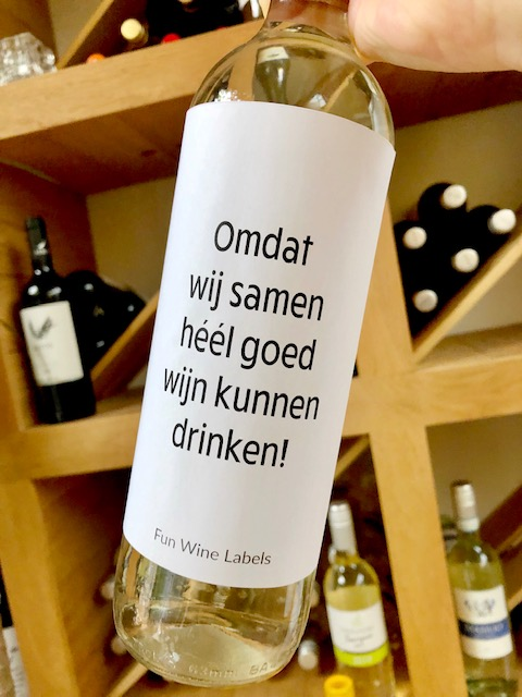 wijnetiket samen drinken op een fles wijn