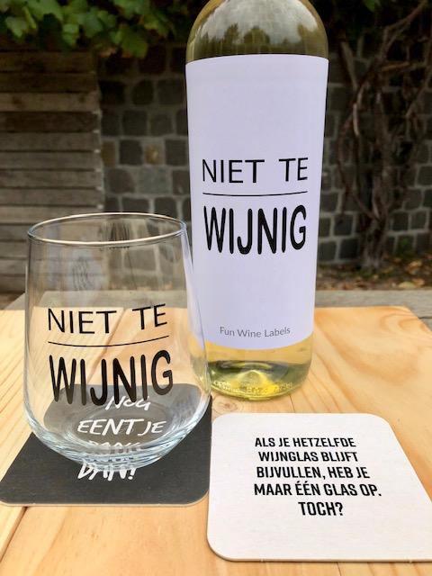 wijnviltjes nog eentje met wijnglas en fles wijn