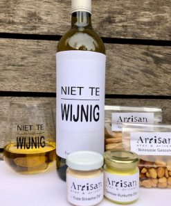 thuis borrelpakket fun met een wijnglas en etiket niet te wijnig