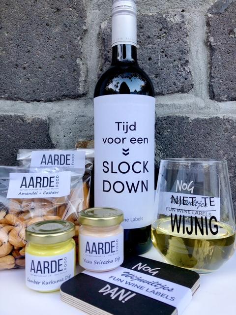 thuis borrelpakket fun met een fles rode wijn en humor