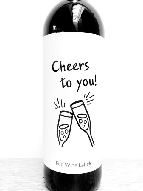 wijnetiket cheers to you op een fles wijn
