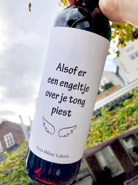 wijnetiket engeltje op een fles wijn