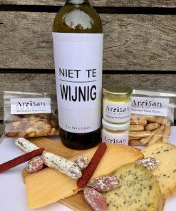 thuis borrelpakket deluxe met worst, kaas en een fles wijn