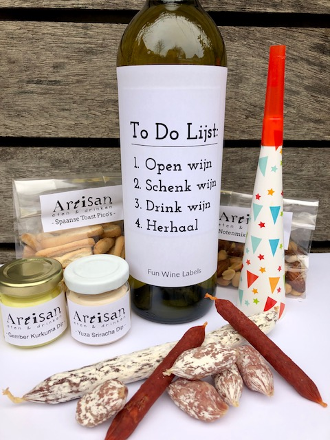 Nieuwjaars Borrelbox Bites, compleet met worst, borrelhapjes en een fles wijn