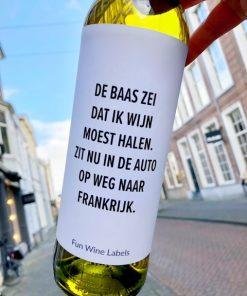 wijnetiket baas wijn op een fles wijn