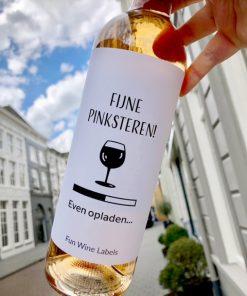 wijnetiket pinksteren opladen op een fles wijn