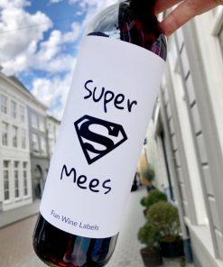 wijnetiket super mees op een fles wijn